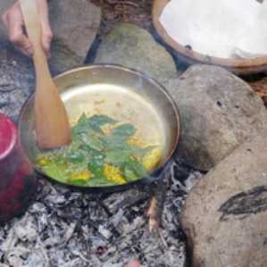 am Feuer Brennesel-Chips machen